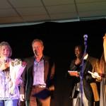 Jan Dieckmann übergibt den Preis an Ingrid Just
