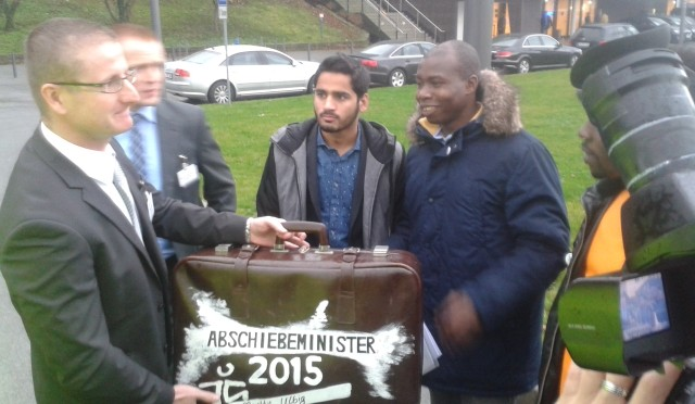 Junge Flüchtlinge zeichnen Sachsens Innenminister und de Maizière aus
